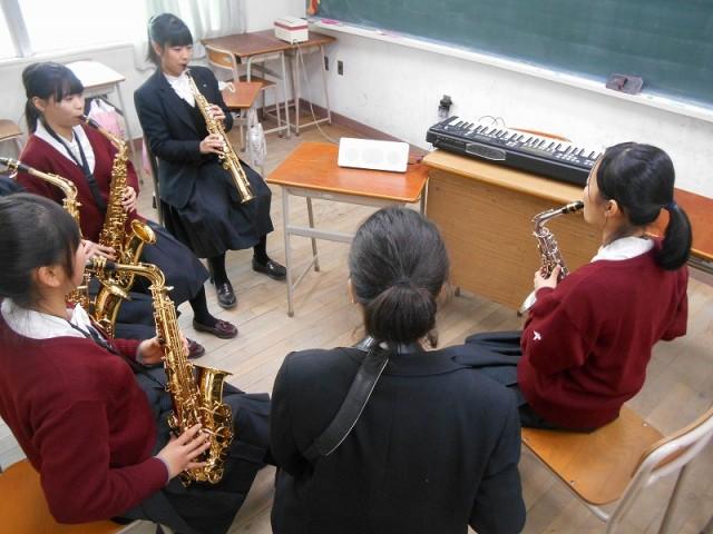 管楽器サックスと電子ピアノを使用してます。
